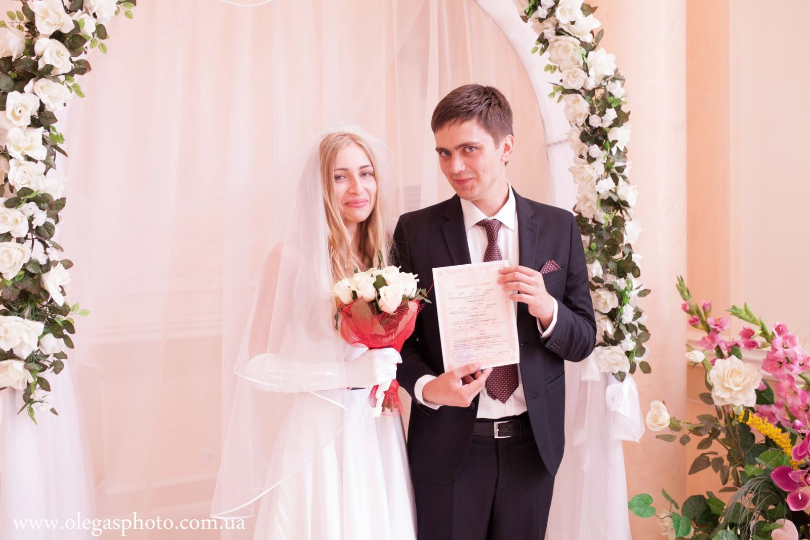 Профессиональные свадебные фотографии в загсе