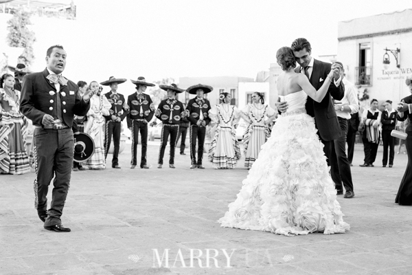 first-dance-in-the-street-zacatecas-mexico-wedding-23